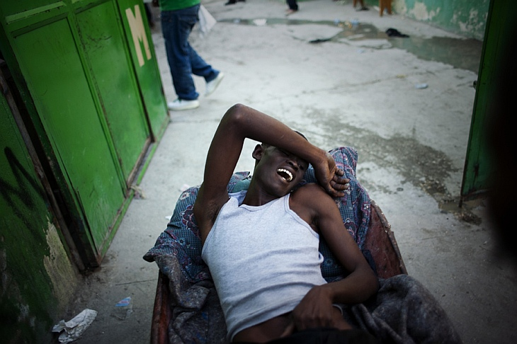 Человека с симптомами холеры была доставлен на тачке к больнице Св. Екатерины, Гаити