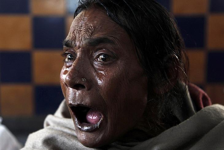 65-летняя женщина потеряла мужа, после того как переполненный пятиэтажный жилой дом рухнул в Нью-Дели