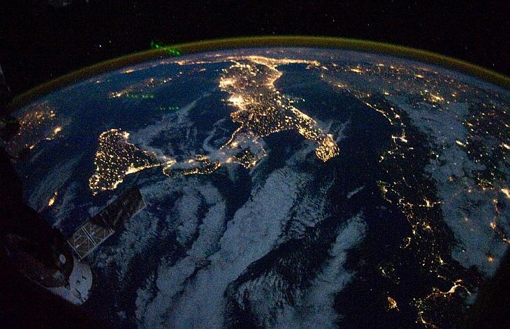 На снимке, сделанном одним из членов экипажа на борту Международной космической станции, виден «сапог» Италии и остров Сицилия в ночное время
