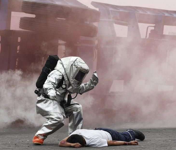 Пожарные и добровольцы приняли участие в тренировке по спасению во время моделирования химической катастрофы