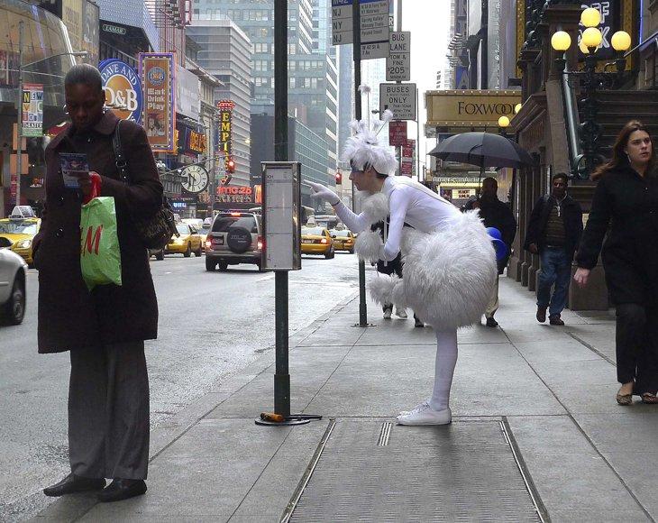Артист канадского цирка Cirque du Soleil гуляет по Таймс-сквер в Нью-Йорке