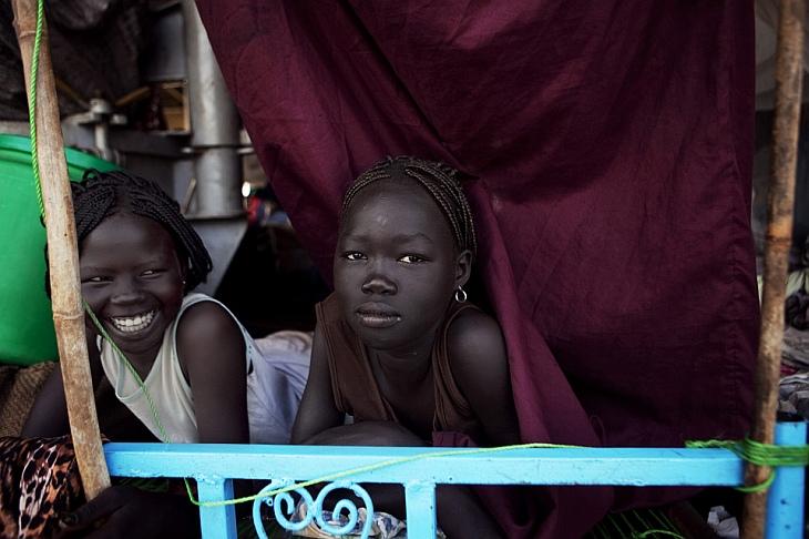 Две девушки плывут на лодке около Судана, Северо-Восточная Африка