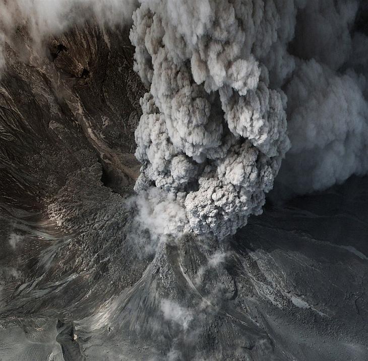 Снимок со спутника извержения вулкана Мерапи в Индонезии