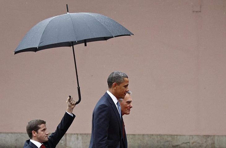 Президент США Барак Обама идет с президентом Португалии Анибалом Кавако Силва в Лиссабоне