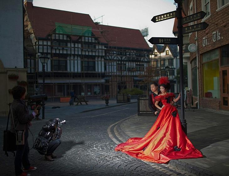 Молодожены позируют для свадебной фотографии в Thames Town