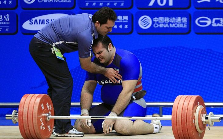 Иранский атлет переживает свою неудачу в соревнованиях со штангой на Азиатских играх в Гуанчжоу