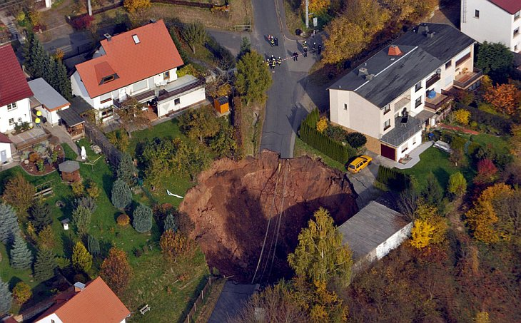 Гигантская дыра образовалась в центре жилого района в городе Шмалькальден, Германия