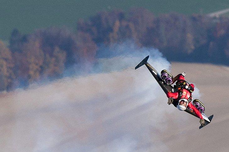 Швейцарский пилот Ив Росси — первый человек, который летел крыле с реактивными двигателями, Швейцария