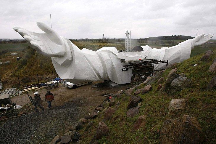 Статуя Иисуса возводится в городе Свебодзин, Польша