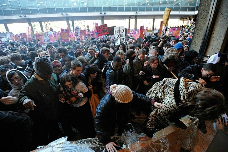 Лондон: студенты разгромили штаб-квартиру правящей партии