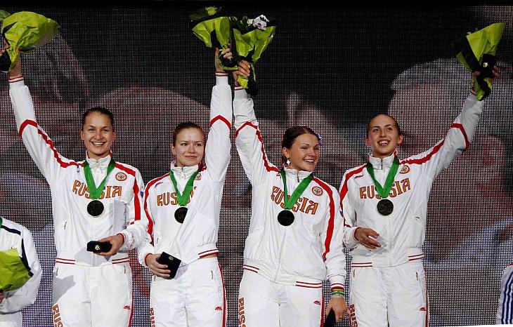 Софья Великая, Юлия Гаврилова, Светлана, Кормилицына и Дина Галиакбарова из России стали чемпионками мира по фехтованию на саблях в командном первенстве в Париже 9 ноября 2010 года