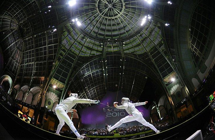 Итальянец Диего Оччиузи (слева) и Николай Ковалев из России в мужской финале командного первенства на саблях 9 ноября 2010 года в Большом Дворце в Париже