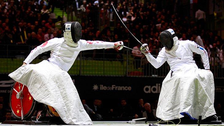 Alim Latreche из Франции (справа) — первый в мировом рейтинге и Hu Daoliang из Китая в финале соревнований на рапирах среди колясочников