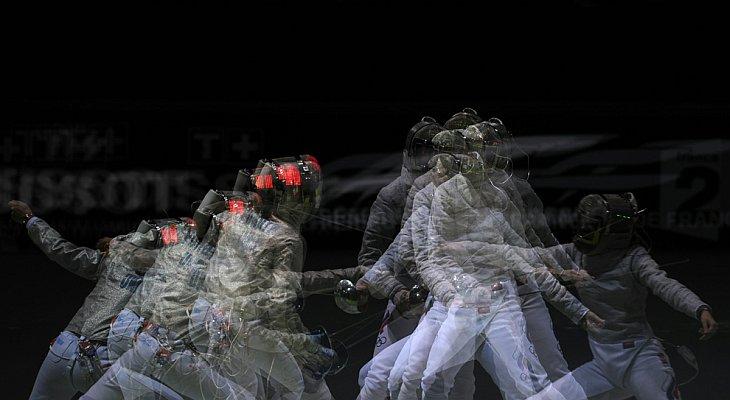 Галина Пундик из Украины (слева) и Юля Гаврилова из России во время финала командного первенства на саблях 9 ноября 2010 года в Большом Дворце в Париже на чемпионате мира