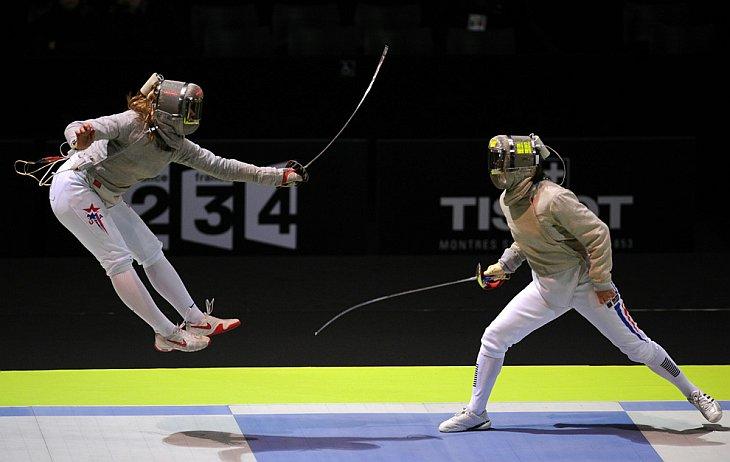 Дагмара Возняк (слева) из США и Леонор Перрус из Франции сражаются за бронзовую медаль на саблях 9 ноября 2010 год
