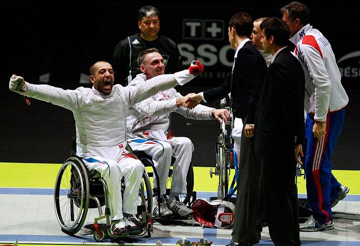 Моез Эль Aссин (слева) и Лоран Франсуа из Франции выиграли в финале на чемпионате мира во Франции