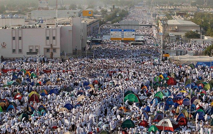 Толпы паломников идут к горе Арафат