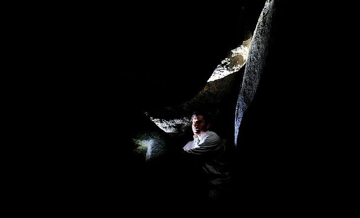 Паломник в пещере Хираа на горе Жабаль-ан-Нур