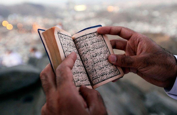 Паломник читает Коран на горе Жабаль-ан-Нур