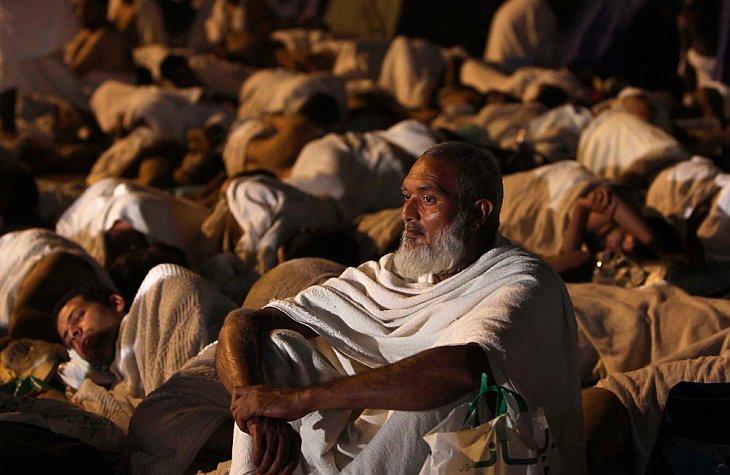 Мусульман отдыхает в долине Мина около Мекки