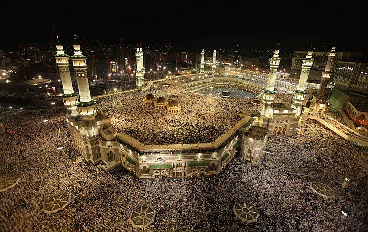 Тысячи паломников во внутреннем дворе главной мечети Масджид аль-Харам