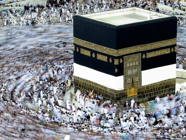 Мусульманские паломники ходят вокруг Каабы в Большой мечети