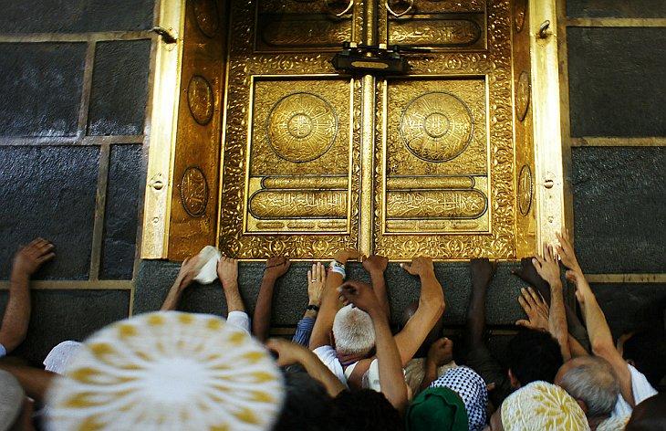 Дверь Каабы, сделанная из чистого золота, возвышается над землей на 2 метра