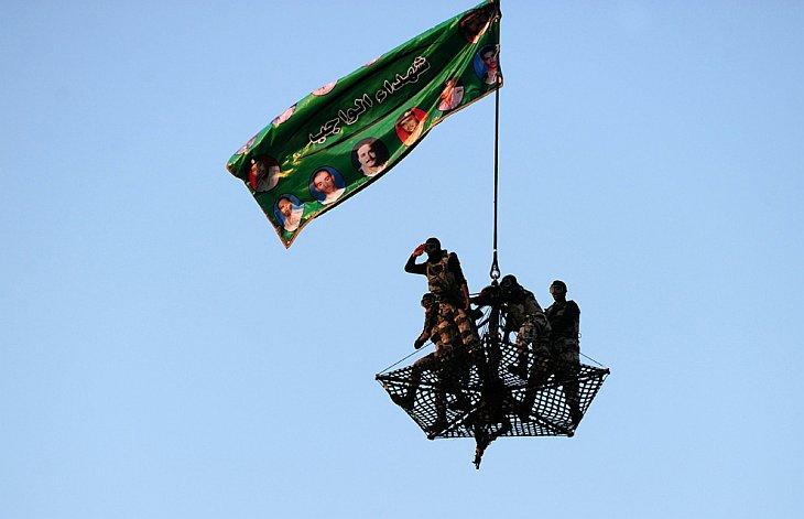 Спецназ демонстрирует свое мастерство во время военного парада в рамках подготовки к хаджу