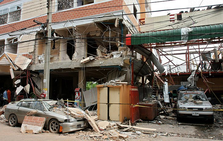Место взрыва бомбы в жилом комплексе недалеко от Бангкока