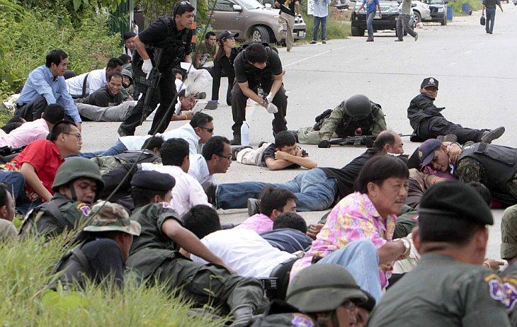 Тайская служба безопасности и прохожие легли в укрытие