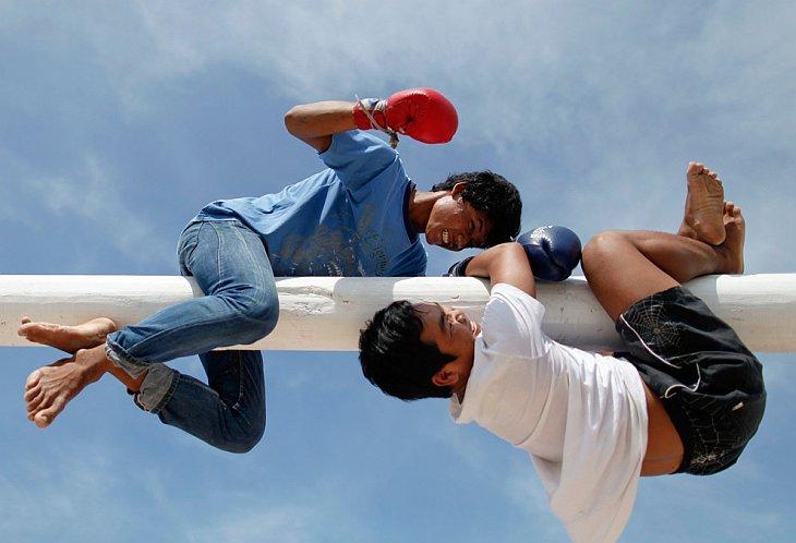 Тайцы висят на шесте во время ежегодного фестиваля в провинции Чонбури 22