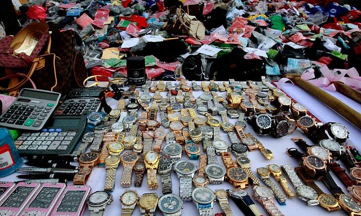 Контрафактные товары перед уничтожением