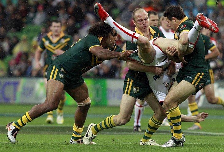 Австралийцы Сэм Сайди (слева), Даррен Локайер (в центре) и Купер Кронк атакуют Сэма Томкинса из Англии