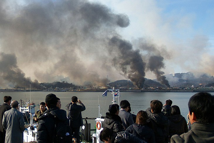 Огромные столбы дыма после обстрела южнокорейского острова Енпхендо