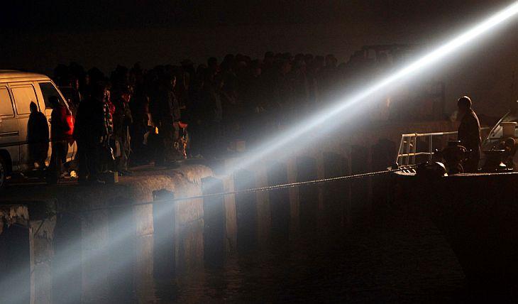 Эвакуация жителей с острова Енпхендо на кораблях