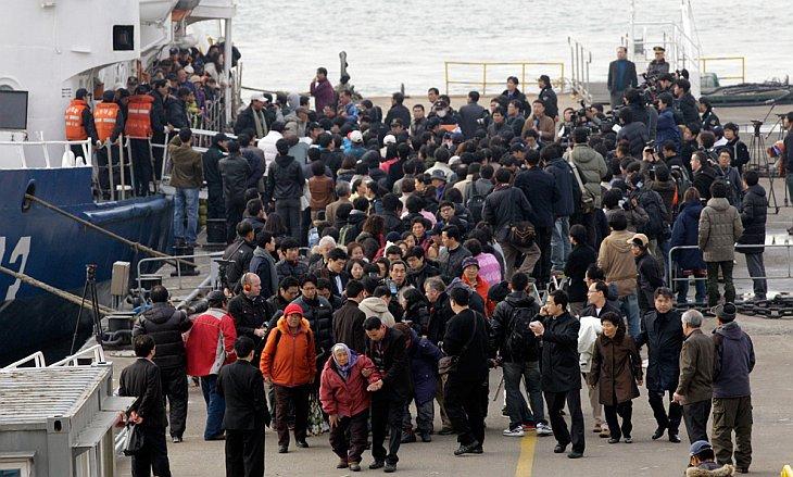 Эвакуированных с острова острова Енпхендо южнокорейских жителей встречают родственники и СМИ