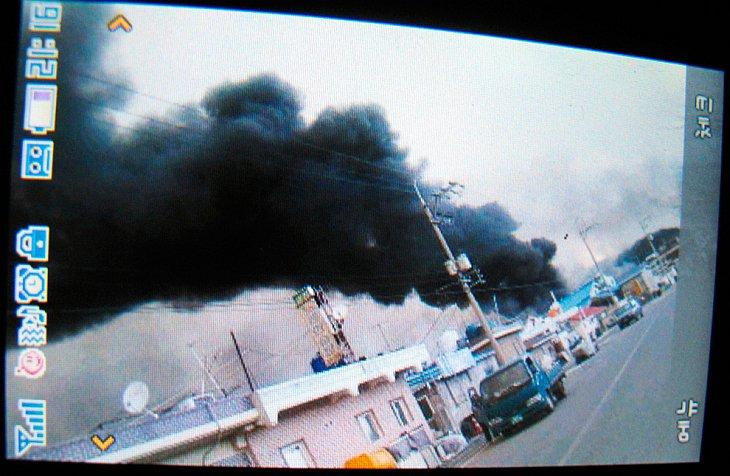 Клубы дыма на южнокорейском острове Енпхендо, снятые на мобильный телефон