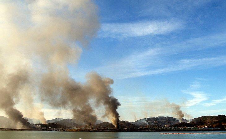 Видны клубы дыма на острове Енпхендо после артобстрела