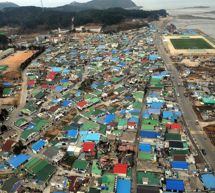 Вид с воздуха на разрушенные дома после артобстрела южнокорейского острова Енпхендо
