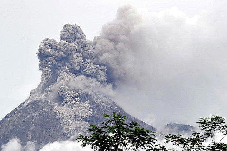 Новое извержение вулкана Мерами