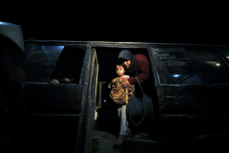Женщина с ребенком прибыла в больницу Panti Nugroho в поселке Пакем