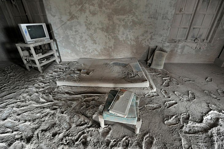 Мебель покрыта пеплом в заброшенном доме в деревне Калиадем