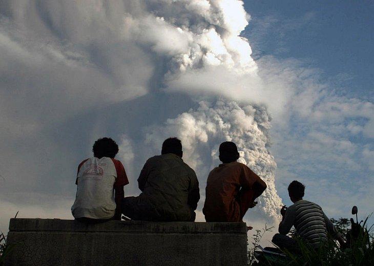Жители деревни Вукирсари смотрят на извержение вулкана Мерапи, Индонезия