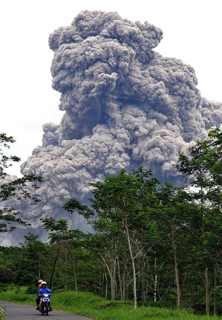 Местные жители покидают опасную зону извержения вулкана Мерапи вблизи деревни Balerante