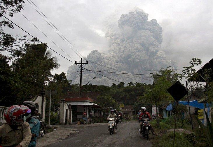 Местные жители покидают опасную зону извержения вулкана Мерапи в г. Джокьякарта