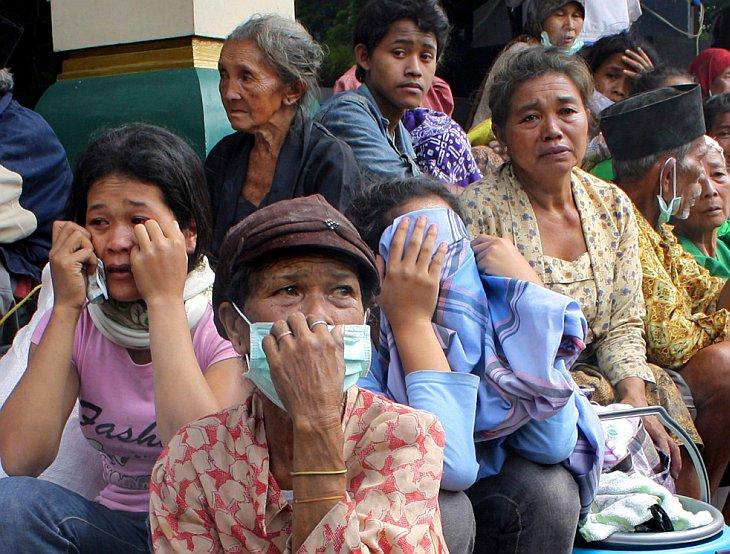 Жители плачут во временном убежище для пострадавших от извержения вулкана Мерапи