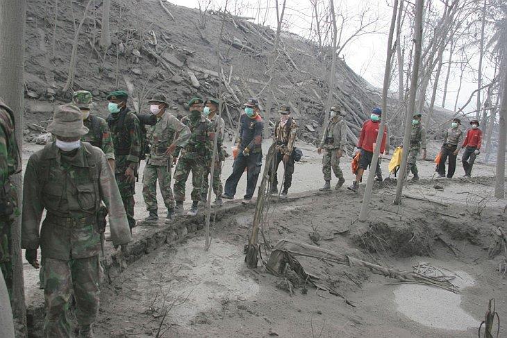 Спасатели ищут жертв извержения вулкана Мерапи, Джокьякарта, Индонезия