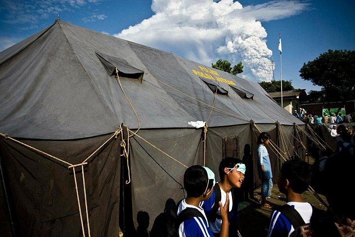 Дети собираются во временном центре эвакуации, созданном из-за повторных извержений вулкана Мерапи