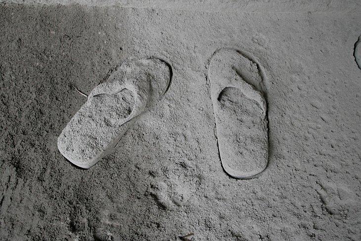Пара тапочек, покрытых вулканическим пеплом