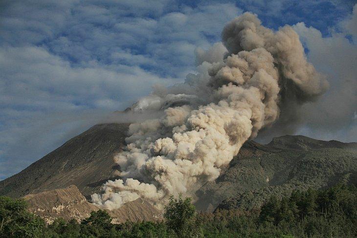 Вулкан Мерапи выбрасывает вулканический пепел во время извержения